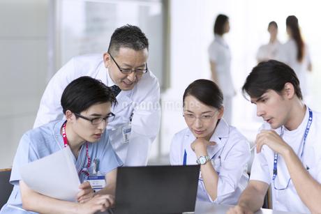 打ち合わせをする医師たちの写真素材 [FYI02970338]