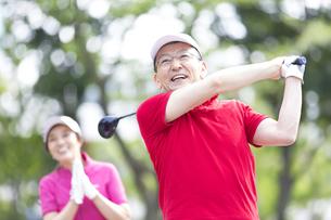 ゴルフを楽しむ男性の写真素材 [FYI02970341]