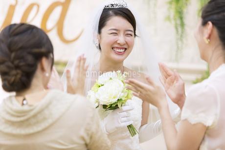 友人に祝福される新婦の写真素材 [FYI02970343]