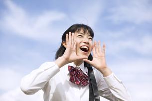 青空に叫ぶ女子高校生の写真素材 [FYI02970344]