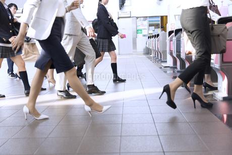 駅の改札を通過する人々の写真素材 [FYI02970347]