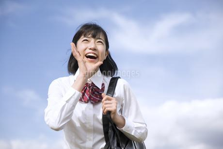 青空に叫ぶ女子高校生の写真素材 [FYI02970354]