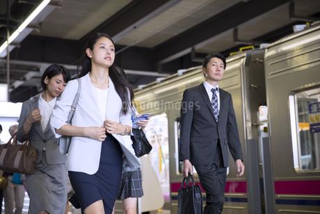 駅のホームを歩くビジネス女性の写真素材 [FYI02970357]