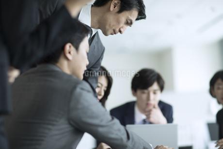 打ち合わせ中のビジネスマンの写真素材 [FYI02970358]