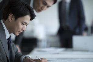 資料を見るビジネス男性の写真素材 [FYI02970359]