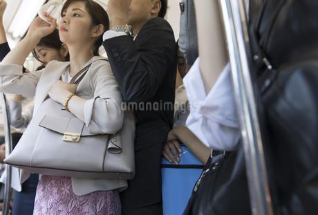 満員電車の車内の写真素材 [FYI02970363]
