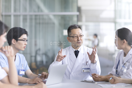 会議中の医師たちの写真素材 [FYI02970372]