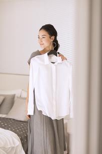 洋服を合わせる女性の写真素材 [FYI02970374]