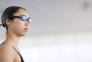 水泳をする女子学生の写真素材 [FYI02970388]