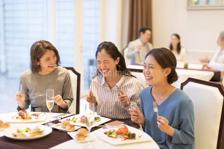 レストランで食事をする3人の女性の写真素材 [FYI02970389]