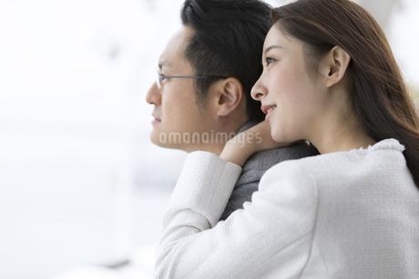 横顔の男女の写真素材 [FYI02970391]