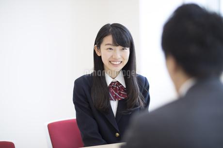 面談を受ける女子高校生の写真素材 [FYI02970392]
