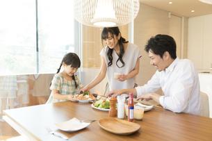 食事の用意をする家族の写真素材 [FYI02970395]