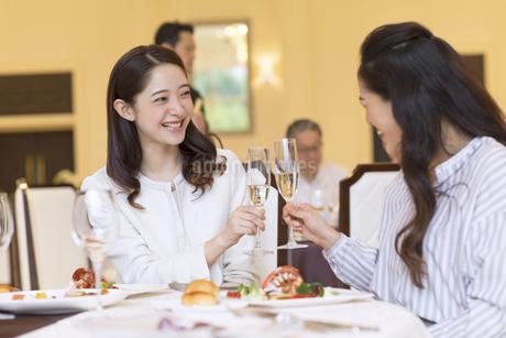 シャンパンで乾杯をする2人の女性の写真素材 [FYI02970399]