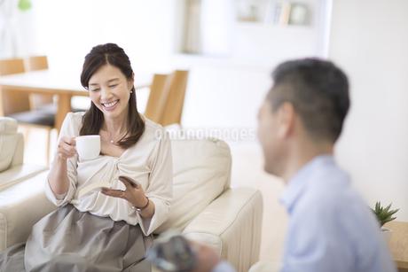 ソファーに座り会話をする女性の写真素材 [FYI02970400]