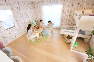 子供部屋を走り回る姉妹の写真素材 [FYI02970404]