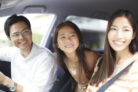 車中で微笑む家族のスナップの写真素材 [FYI02970496]