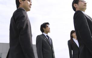 遠くを見ながら立つビジネス男女の写真素材 [FYI02970504]