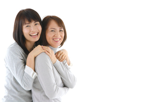 抱き合う母と娘のポートレートの写真素材 [FYI02970551]