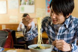 飲食店でラーメンを食べようとする男性の写真素材 [FYI02970605]
