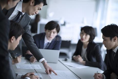 打ち合わせ中のビジネスマンの写真素材 [FYI02970607]