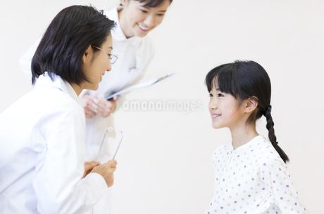 女の子に問診をする女性医師の写真素材 [FYI02970651]