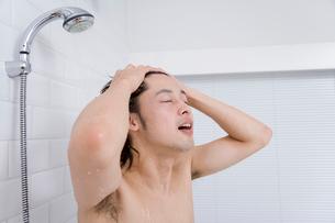 シャワーで頭を洗う男性の写真素材 [FYI02970667]