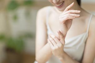 手のマッサージをする女性の手元の写真素材 [FYI02970689]