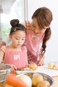 料理をする親子の写真素材 [FYI02970698]