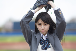 野球ボールを投げる構えをする女子学生の写真素材 [FYI02970715]