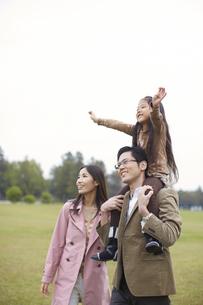 公園で肩車して遠くを見る家族の写真素材 [FYI02970730]