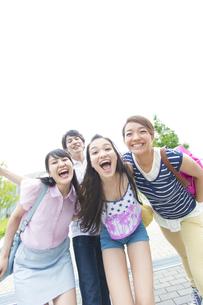 笑顔で顔を寄せる若者たちの写真素材 [FYI02970746]