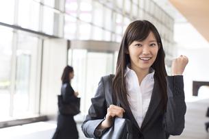 ガッツポーズをするビジネス女性の写真素材 [FYI02970748]