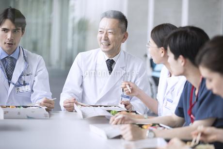 ランチミーティングを行う医師たちの写真素材 [FYI02970791]