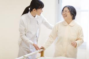 患者の歩行の手助けをする女性看護師の写真素材 [FYI02970822]