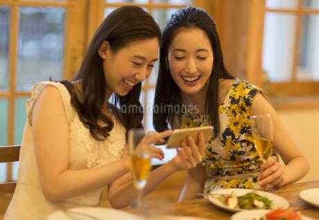スマートフォンで楽しむ2人の女性の写真素材 [FYI02970824]