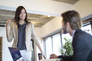 オフィスで打合せをするビジネス女性とビジネス男性の写真素材 [FYI02970832]