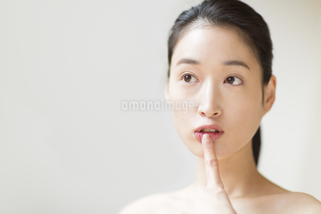 唇に指をあてる女性の写真素材 [FYI02970835]