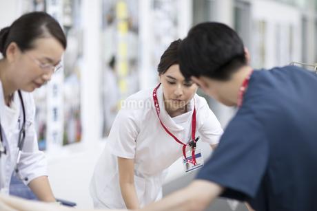 救急患者を運ぶ医師と看護師の写真素材 [FYI02970841]