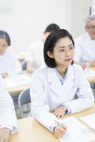 会議中の女性医師の写真素材 [FYI02970847]