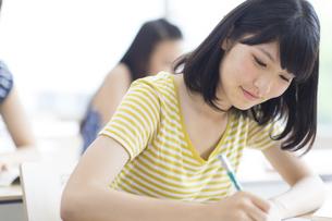 授業でノートをとる女子学生の写真素材 [FYI02970854]