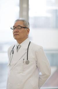 遠くを見て考える男性医師の写真素材 [FYI02970856]