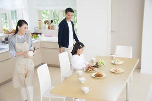 ダイニングで食事の準備をする親子の写真素材 [FYI02970857]