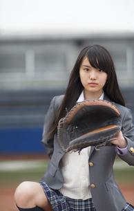 野球ボールを受ける構えをする女子学生の写真素材 [FYI02970858]