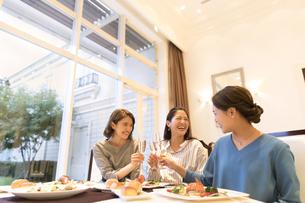 シャンパンで乾杯をする3人の女性の写真素材 [FYI02970865]
