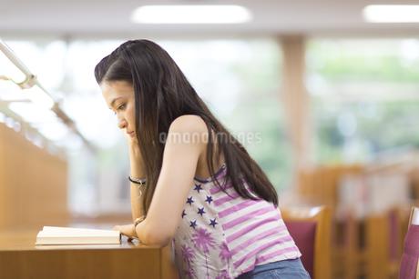 図書室で読書する女子学生の写真素材 [FYI02970881]