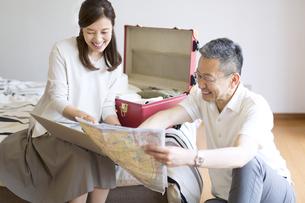 旅行の準備をする夫婦の写真素材 [FYI02970882]