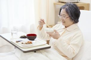 病院食を食べる患者の写真素材 [FYI02970889]