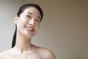 上を見上げ微笑む女性の写真素材 [FYI02970891]