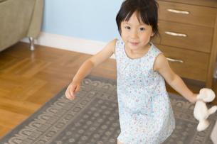 ぬいぐるみを持って走る女の子の写真素材 [FYI02970892]